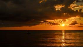 Pescatore Silhouette Fishing al tramonto Immagini Stock Libere da Diritti