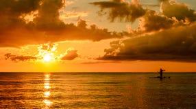 Pescatore Silhouette Fishing al tramonto Fotografia Stock