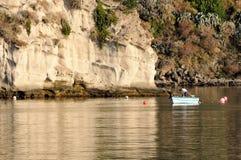 Pescatore solo sulla barca Fotografie Stock