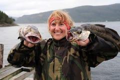 Pescatore sopra con la sua cattura a disposizione. La Norvegia Immagini Stock Libere da Diritti