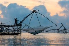 Pescatore su macchinario di bambù di mattina Immagini Stock