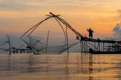 Pescatore su macchinario di bambù di mattina Fotografia Stock Libera da Diritti