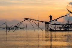 Pescatore su macchinario di bambù di mattina Fotografia Stock