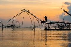 Pescatore su macchinario di bambù di mattina Fotografie Stock Libere da Diritti
