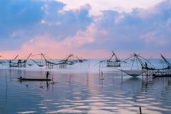 Pescatore su macchinario di bambù di mattina Immagine Stock Libera da Diritti