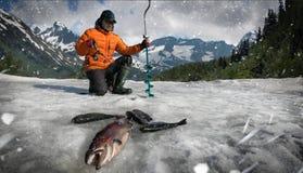 Pescatore su un lago di tramonto fotografia stock libera da diritti