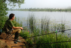 Pescatore su una costa del fiume Immagine Stock Libera da Diritti