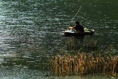 Pescatore su una piccola barca Fotografia Stock