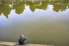 Pescatore sul fiume immagine stock libera da diritti
