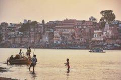 Pescatore sul Ganga, Varanasi India Fotografia Stock