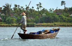 Pescatore sul Hoi un fiume, Vietnam Fotografia Stock