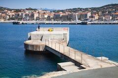Pescatore sul pilastro concreto in porto di Propriano Fotografie Stock