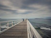 Pescatore sul pilastro o sul molo Fotografie Stock