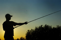 Pescatore sul tramonto immagine stock