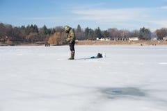 Pescatore sull'inverno della pesca sul ghiaccio Immagini Stock