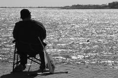 Pescatore sulla banchina Immagini Stock