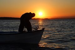 Pescatore sulla barca fotografia stock libera da diritti