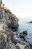 Pescatore sulle rocce Fotografia Stock Libera da Diritti