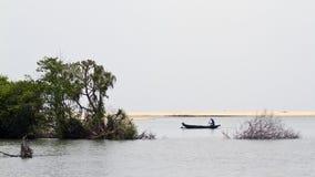 Pescatore tradizionale nell'estuario di Kallady, Sri Lanka Immagini Stock