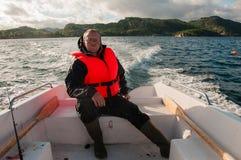 Pescatore in un'imbarcazione a motore Fotografia Stock