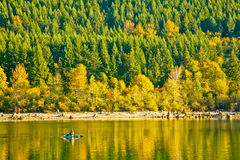 Pescatore in un lago Immagine Stock