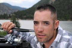Pescatore in un lago fotografie stock