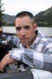 Pescatore in un lago della montagna immagine stock