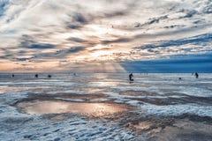 Pescatori ad alba su ghiaccio nell'inverno Immagine Stock Libera da Diritti