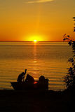 Pescatori al tramonto su terra Immagini Stock