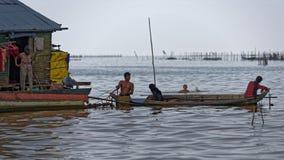 Pescatori in barcaccia, linfa di Tonle, Cambogia fotografia stock libera da diritti