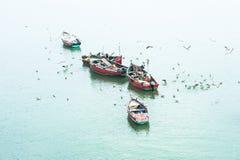 Pescatori in barche di legno fotografie stock