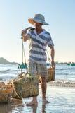 Pescatori che portano pesce nel mare la mattina Immagini Stock Libere da Diritti