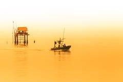 Pescatori che raccolgono i crostacei al settore agricolo del cuore edule Immagine Stock