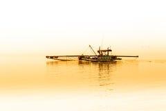 Pescatori che raccolgono i crostacei al settore agricolo del cuore edule Immagini Stock