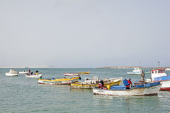 Pescatori che ritornano nella vista del boa, Capo Verde immagine stock