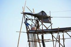 Pescatori che tirano le meduse da acqua Fotografie Stock