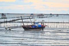 Pescatori con la sua barca Fotografia Stock Libera da Diritti