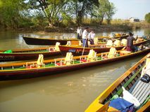Pescatori con le sue barche ad un fiume in Birmania fotografia stock libera da diritti