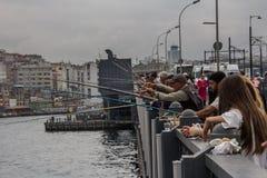 Pescatori del ponte di Galata fotografie stock libere da diritti
