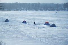 Pescatori delle tende su ghiaccio del lago Fotografia Stock Libera da Diritti