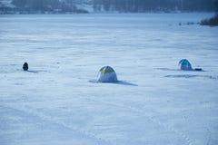 Pescatori delle tende su ghiaccio del lago Fotografie Stock Libere da Diritti