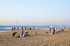Pescatori di primo mattino alla spiaggia blu della laguna di Durban Fotografia Stock