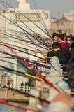 Pescatori dilettanti sul ponte di Galata Fotografie Stock Libere da Diritti