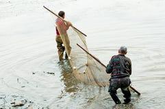 Pescatori durante il lavoro immagine stock libera da diritti