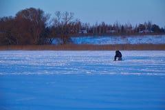Pescatori impegnati nella pesca sul ghiaccio Immagine Stock Libera da Diritti