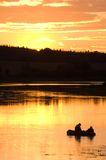Pescatori in lago sul tramonto Fotografia Stock Libera da Diritti