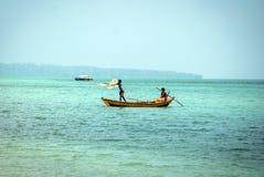 Pescatori locali con la barca in mare immagine stock libera da diritti