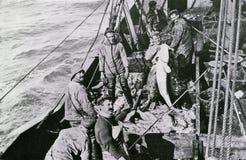 Pescatori norvegesi che sostengono un merluzzo illustrazione vettoriale
