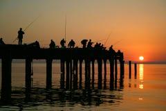 Pescatori su un attracco del mare su un declino. Immagine Stock Libera da Diritti