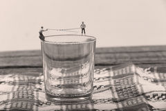 Pescatori su un bicchiere d'acqua Fotografia Stock Libera da Diritti